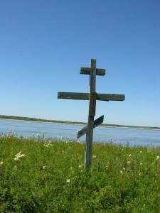 Cruz conmemorativa en la Isla de Nazino