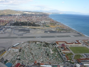 Cementerio y aeropuerto gibraltareños. Al fondo La Línea de la Concepción (España)