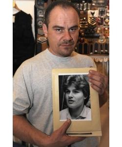 Andreas Krieger en la actualidad, posando con un retrato suyo de joven